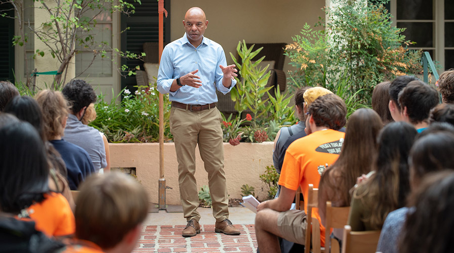 学生的院长 Rob Flot welcomes students to Occidental College