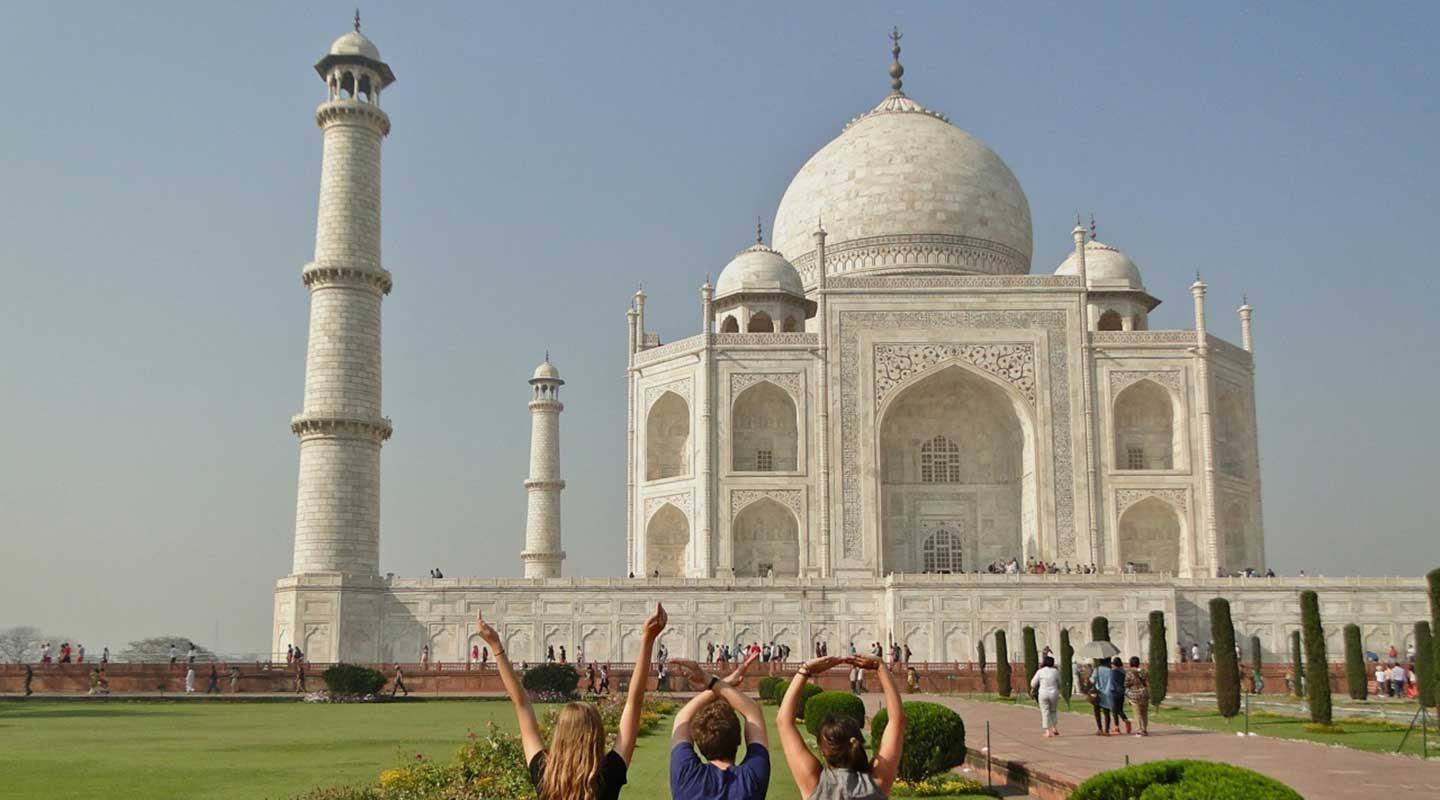 Oxy students in front of the Taj Mahal